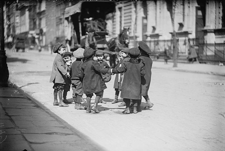 Children_playing_in_street_New_York